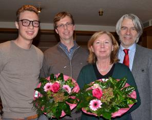 Ehrungen: Jean Michel Diaz (l.), der neue Mann an der Spitze des SPD-Ortsvereins und Kreisvorsitzender Hans Feuß (r.) gratulieren Beatrix Geurts und Wigbert Hanschmidt zur 25-jährigen Mitgliedschaft. Jean Michael Diaz ist mit seinen 19 Jahren das jüngste