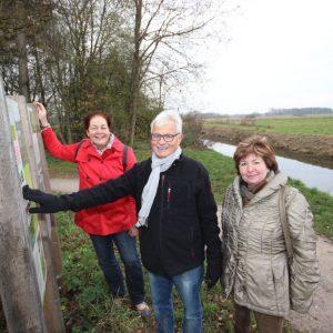 Wendepunkt: Die SPD-Mitglieder Christiane Schneiders, Gerd Muhle und Ursula Ecks (v.l.) wollen sich nicht damit abfinden, dass der Emsweg in Höhe des Birkendamms weiterhin abrupt endet. Sie fordern die Freigabe der Strecke. Dazu müsste das bis ans Ufer wu