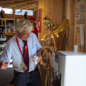 Im Einsatz für seine Gäste. Gerd Muhle, Rietberger Karnevalspräsident und SPD-Fraktionschef, zapft für die Lippstädter Besucher der LGS Erfrischungen aus dem Wasserautomaten.
